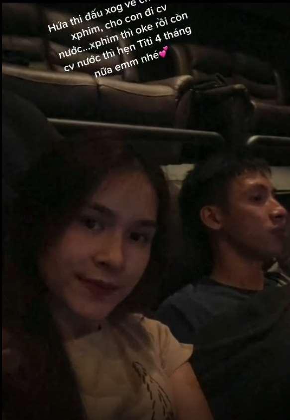 Vợ Hùng Dũng chia sẻ khoảnh khắc cùng chồng vác nạng đi xem phim-1