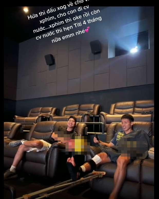 Vợ Hùng Dũng chia sẻ khoảnh khắc cùng chồng vác nạng đi xem phim-3