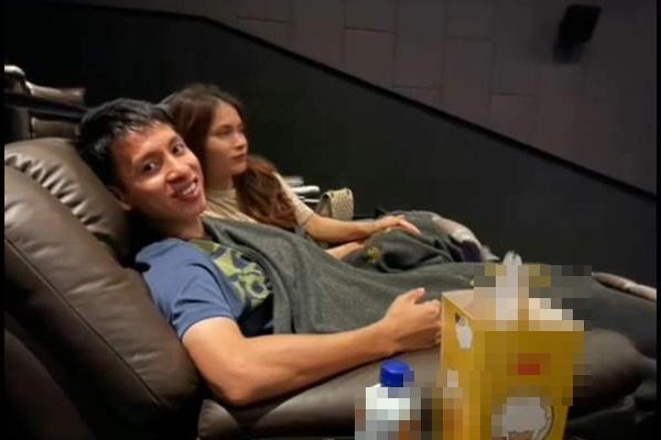 Vợ Hùng Dũng chia sẻ khoảnh khắc cùng chồng vác nạng đi xem phim