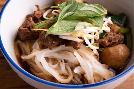 Đãi gia đình với món bún bò Thái Lan hấp dẫn