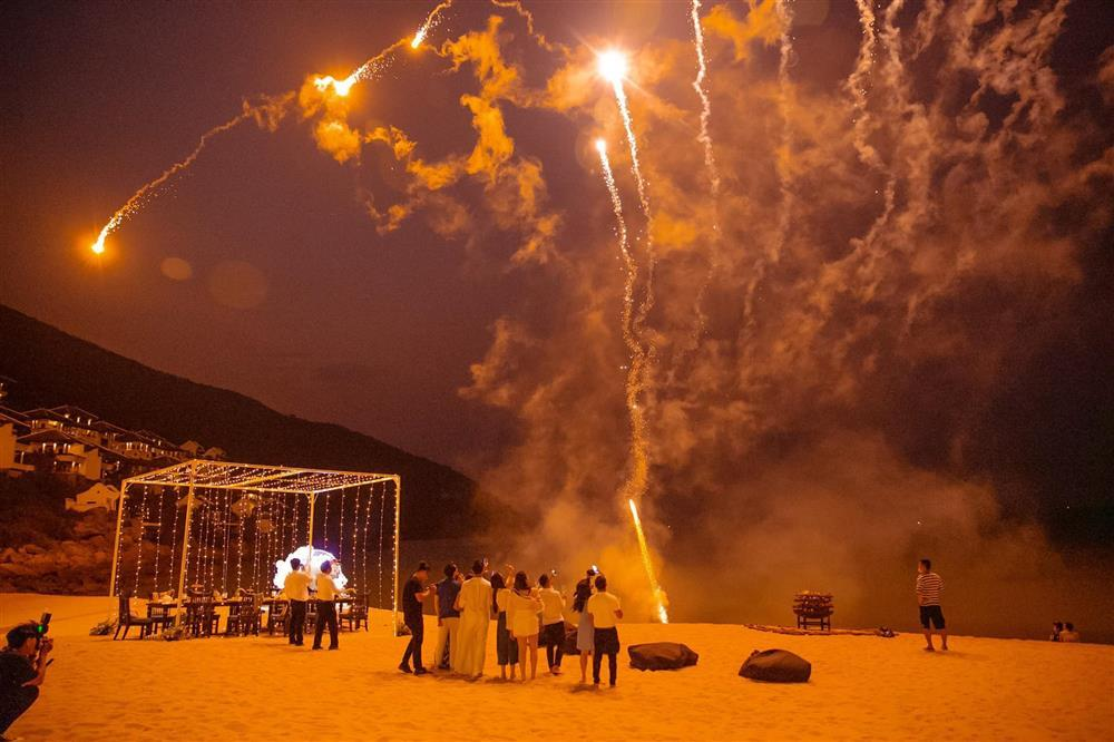 Sinh nhật Lệ Quyên trên bãi biển: Lâm Bảo Châu chiếm spotlight-11