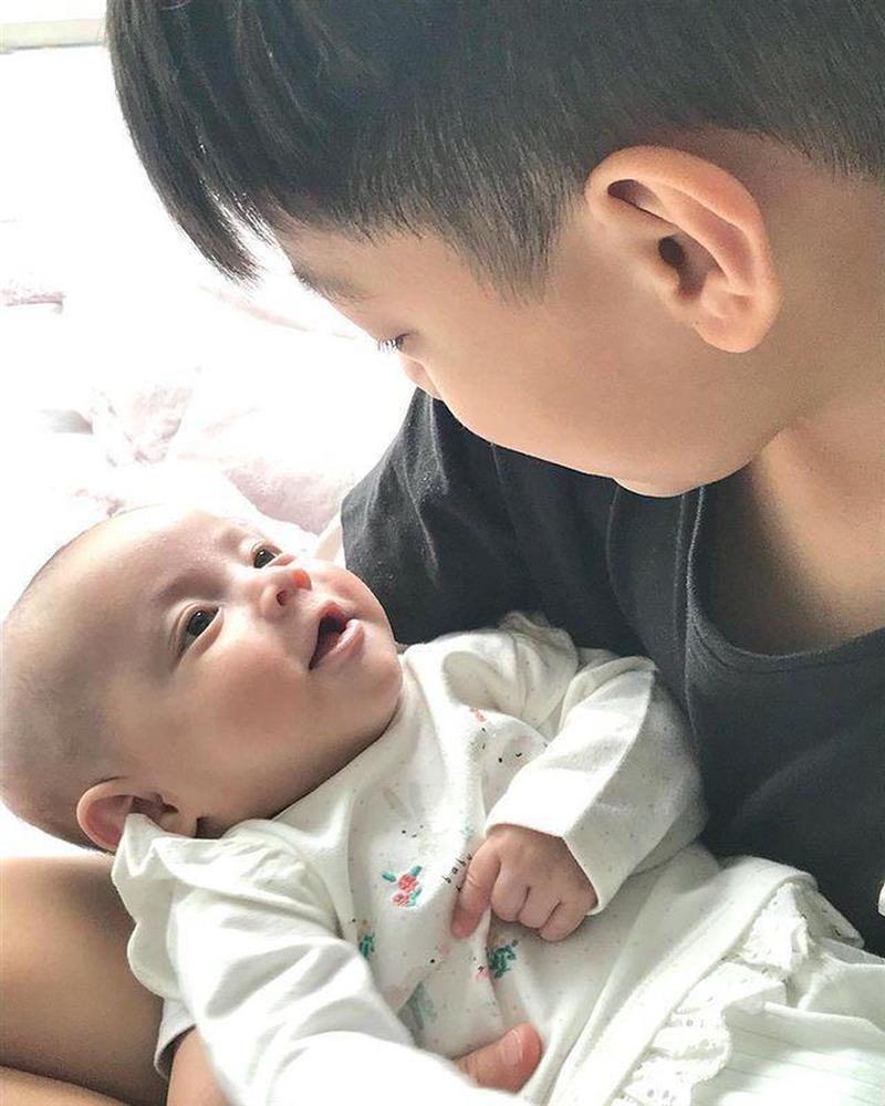 Thời trang đồng điệu xinh yêu của cặp sinh đôi Hồ Ngọc Hà - Kim Lý-11