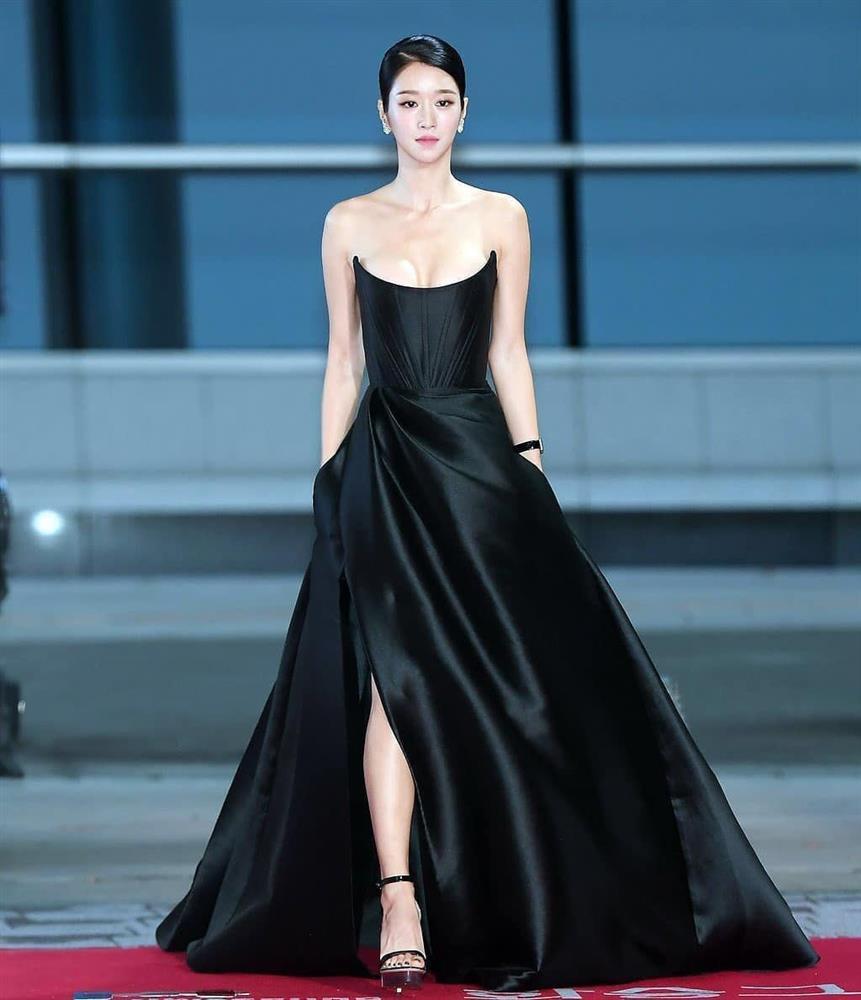 Cùng mặc váy 100 triệu, Thu Thủy xấu hơn hẳn vì bụng bé bự-7