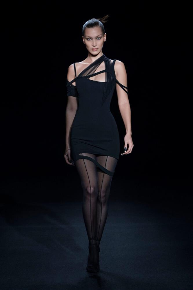 Siêu mẫu Bella Hadid để ngực trần trụi khi trình diễn show thời trang-4