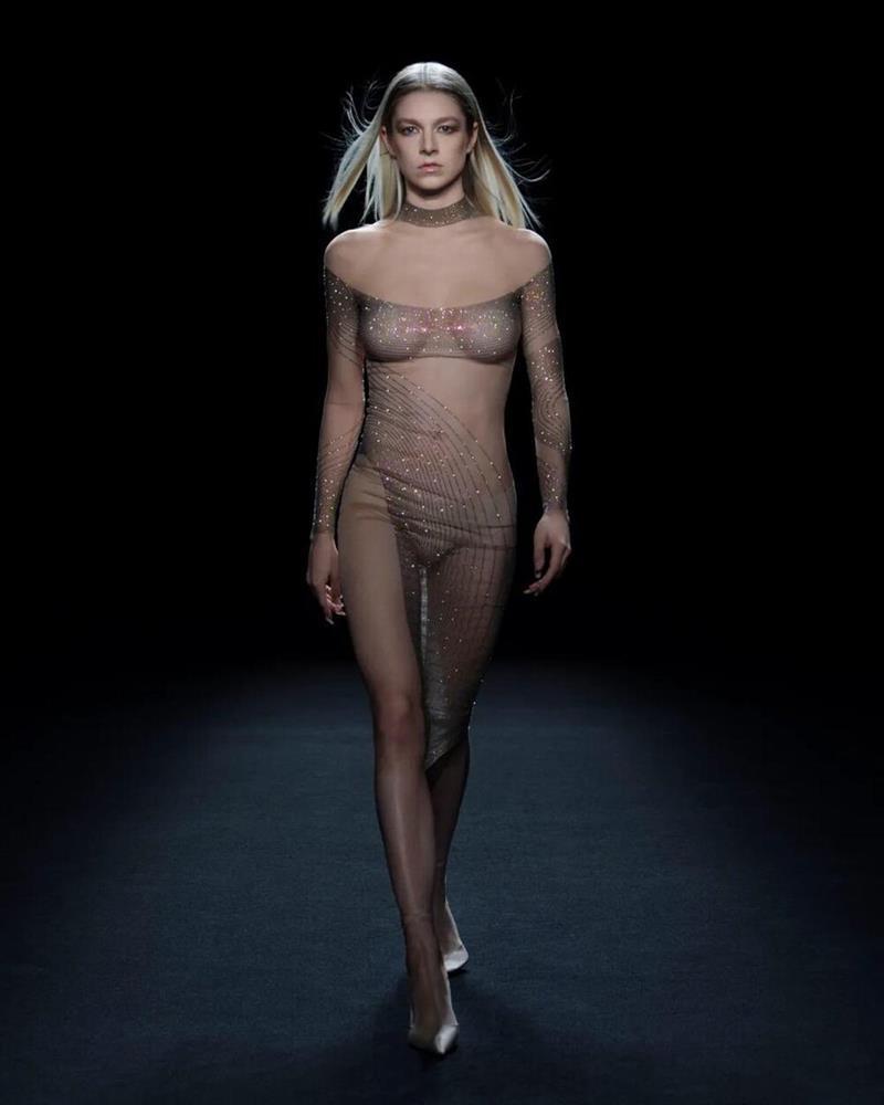 Siêu mẫu Bella Hadid để ngực trần trụi khi trình diễn show thời trang-6