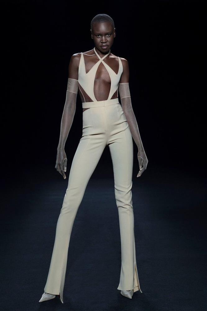 Siêu mẫu Bella Hadid để ngực trần trụi khi trình diễn show thời trang-8