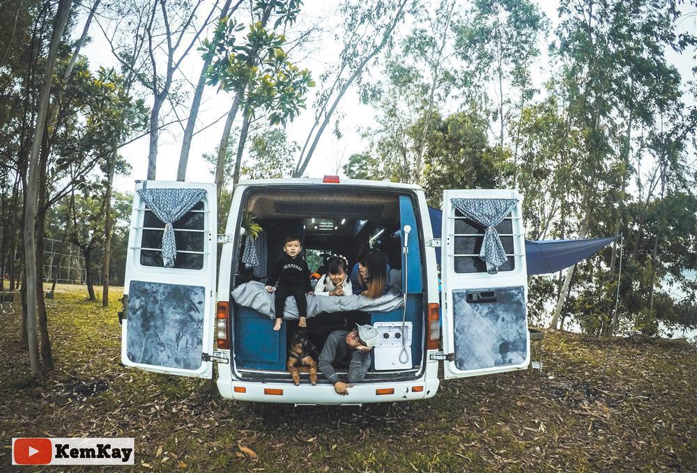Cặp đôi 15 ngày độ xe ô tô cũ thành ngôi nhà di động đưa con đi khắp thế gian-10