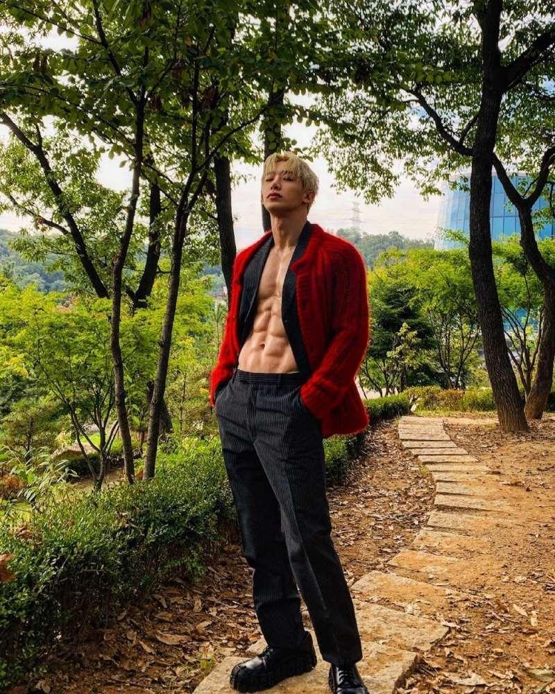 Nam idol Hàn đăng ảnh giường chiếu, khoe luôn bộ phận nhạy cảm-3