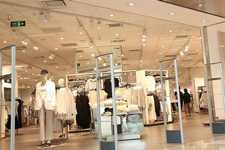 Khách hàng thưa thớt tại store H&M sau làn sóng tẩy chay