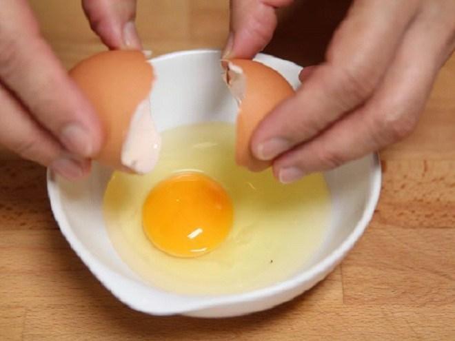 Dùng dầu nóng hay lạnh để ốp trứng, nhiều người làm sai nên trứng hay sát chảo-1