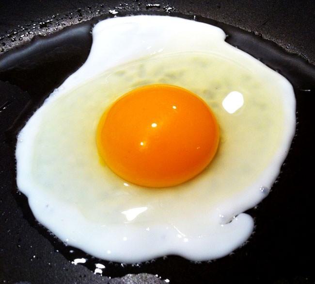Dùng dầu nóng hay lạnh để ốp trứng, nhiều người làm sai nên trứng hay sát chảo-3