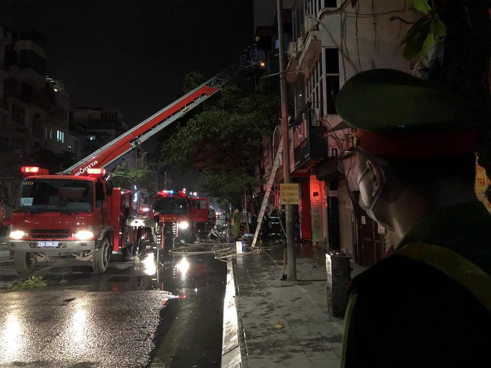 Cháy lớn tại cửa hàng bỉm, cặp vợ chồng và con nhỏ nghi mắc kẹt bên trong-5