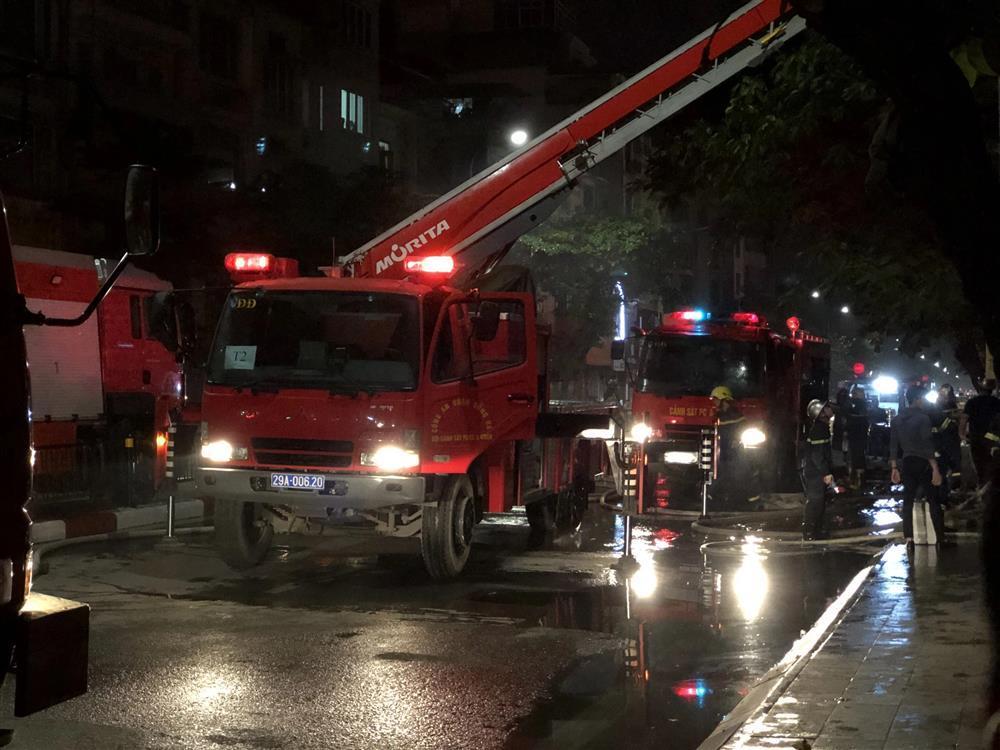 Cháy lớn tại cửa hàng bỉm, cặp vợ chồng và con nhỏ nghi mắc kẹt bên trong-4