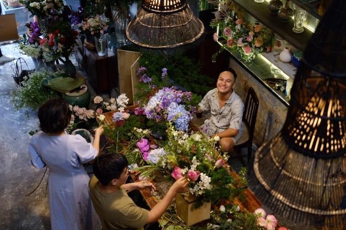Đến quán cà phê đẹp ở Sài Gòn mà khách chỉ mải ngắm hoa là sao?-1