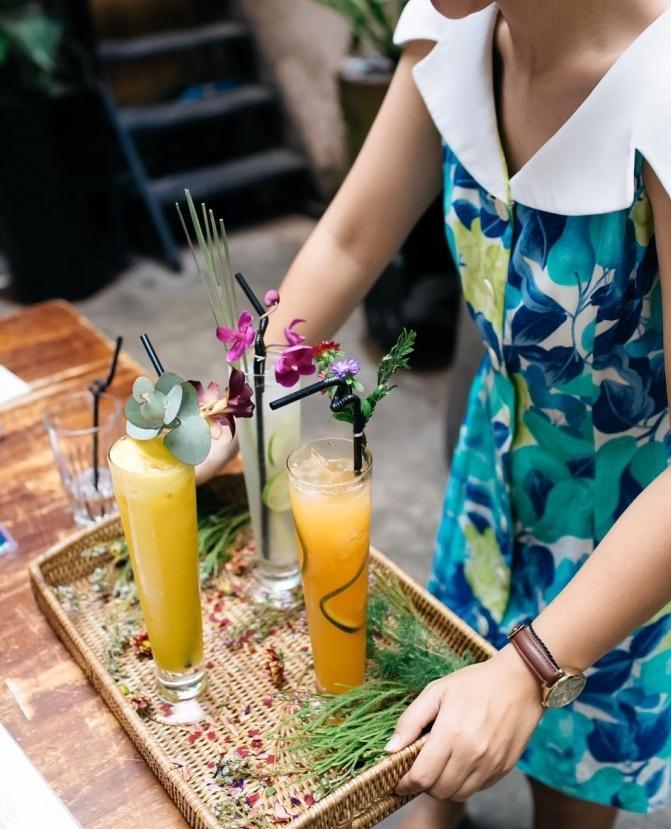 Đến quán cà phê đẹp ở Sài Gòn mà khách chỉ mải ngắm hoa là sao?-4