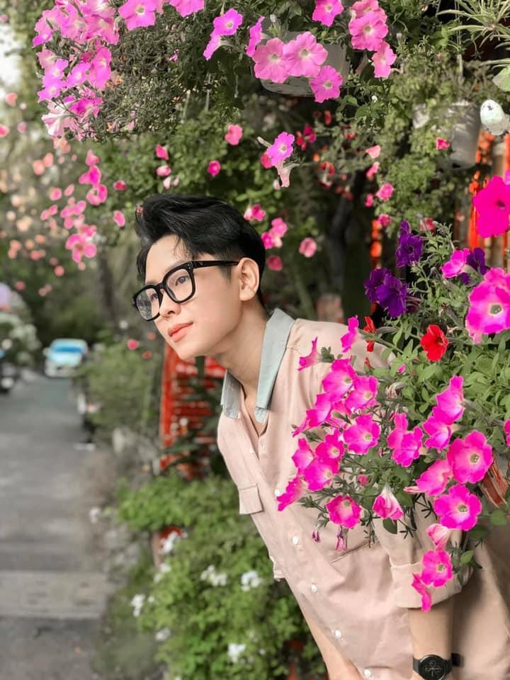 Đến quán cà phê đẹp ở Sài Gòn mà khách chỉ mải ngắm hoa là sao?-9