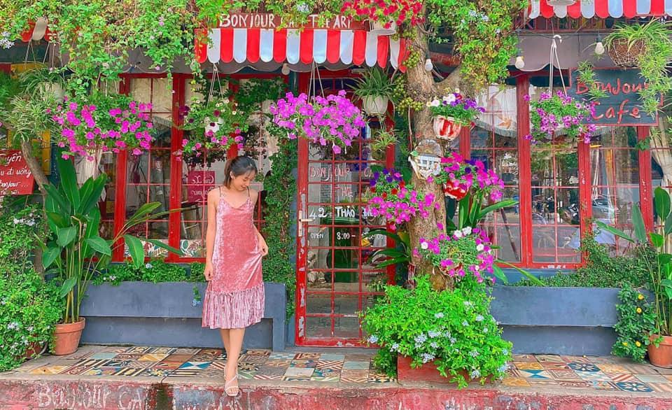 Đến quán cà phê đẹp ở Sài Gòn mà khách chỉ mải ngắm hoa là sao?-10