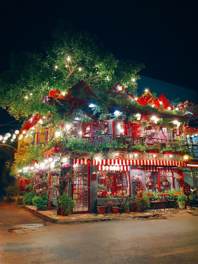 Đến quán cà phê đẹp ở Sài Gòn mà khách chỉ mải ngắm hoa là sao?-12