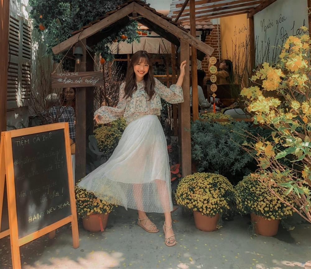 Đến quán cà phê đẹp ở Sài Gòn mà khách chỉ mải ngắm hoa là sao?-13