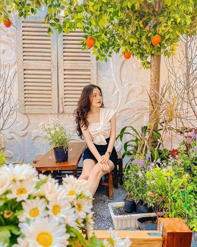 Đến quán cà phê đẹp ở Sài Gòn mà khách chỉ mải ngắm hoa là sao?-15