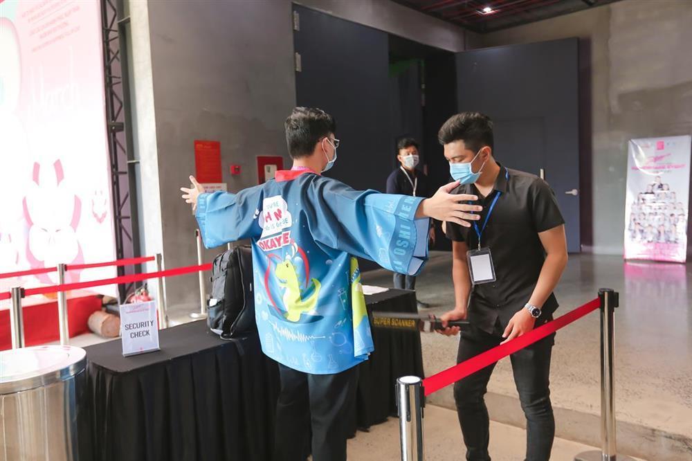 Sốc: Fan nhóm nhạc đông nhất Việt Nam chi tận 2 tỷ chỉ để bắt tay idol-2