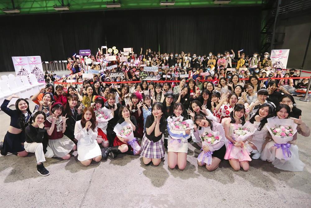 Sốc: Fan nhóm nhạc đông nhất Việt Nam chi tận 2 tỷ chỉ để bắt tay idol-9