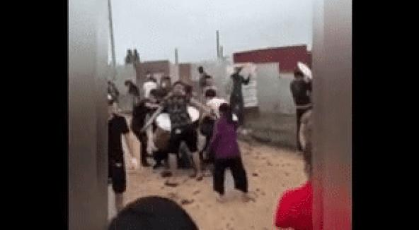 Clip: Đám thanh niên hổ báo chạy té khói vì bị các mẹ quăng phân-2