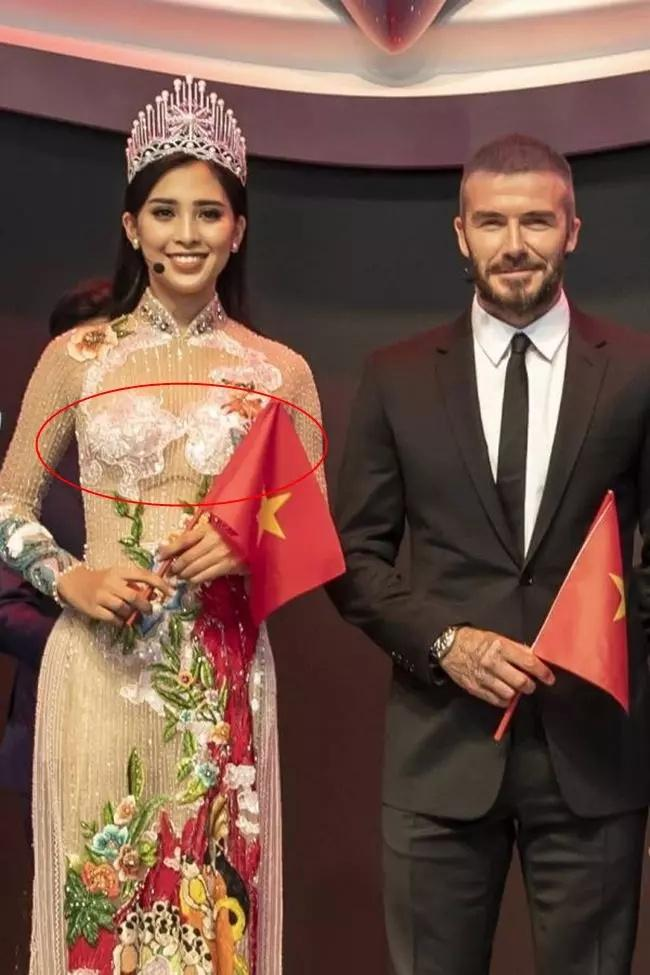 Hoa hậu Tiểu Vy ngồi hớ hênh suýt lộ vùng nhạy cảm-4