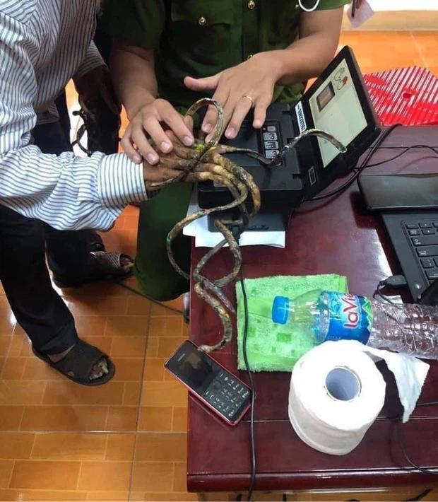 Dị nhân móng tay dài nhất Việt Nam: Cắt là ốm, thay áo mất 15-1
