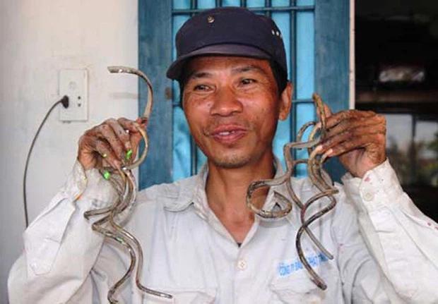Dị nhân móng tay dài nhất Việt Nam: Cắt là ốm, thay áo mất 15-3