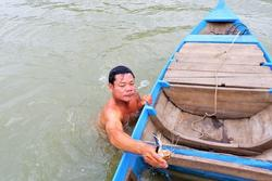 'Dị nhân' miền Tây tay không bắt cá 'bách phát bách trúng'