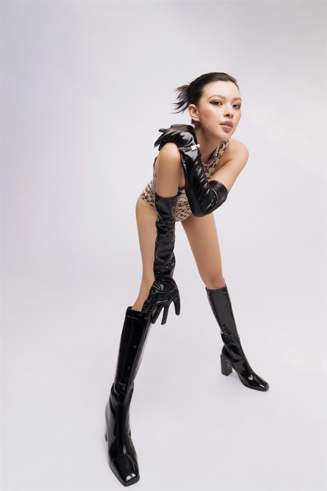 Tiểu Vy, Bảo Anh mặc bikini xỏ boots trên hè dưới đông-8