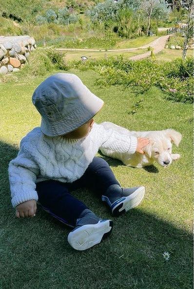 Chỉ lộ mỗi đôi mắt, con trai Hòa Minzy giống bố như đúc-11