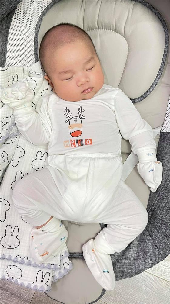 Con trai 2 tháng tuổi của Hữu Công gây bão với biểu cảm cưng muốn xỉu-8