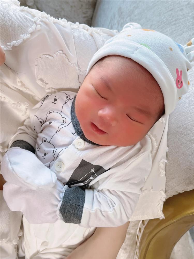 Con trai 2 tháng tuổi của Hữu Công gây bão với biểu cảm cưng muốn xỉu-3