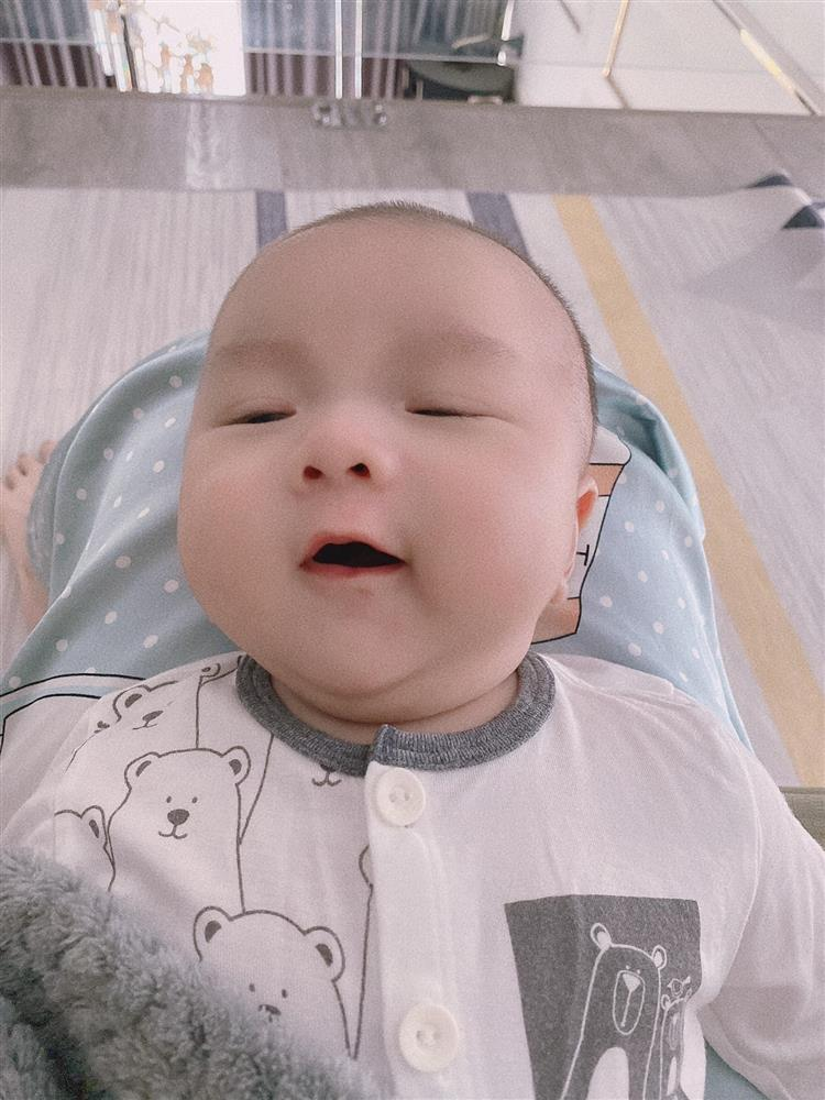Con trai 2 tháng tuổi của Hữu Công gây bão với biểu cảm cưng muốn xỉu-13