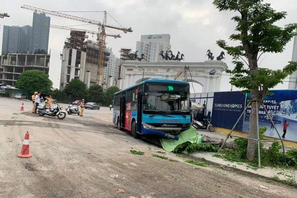 Xe buýt lao lên vỉa hè đâm người đi bộ tử vong ở Hà Nội-1