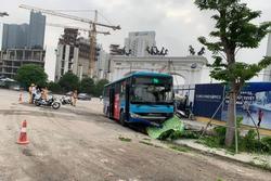 Xe buýt lao lên vỉa hè đâm người đi bộ tử vong ở Hà Nội