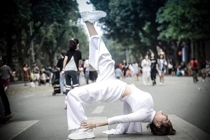 Những lần nữ sinh Việt gây sốc vì cách diện áo dài phản cảm-1