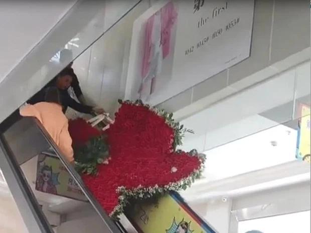 Chồng tặng vợ cũ trái tim 1.314 bông hồng, ai ngờ giữa đường tim vỡ-2