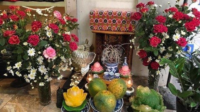 Thầy phong thủy tiết lộ: Đặt 5 loại hoa này lên bàn thờ tăng lộc khí-1