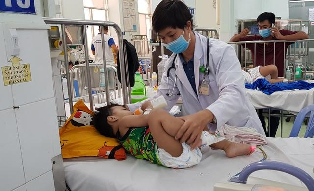 Bước vào cuộc chiến tay chân miệng, nhiều trẻ biến chứng thần kinh-2