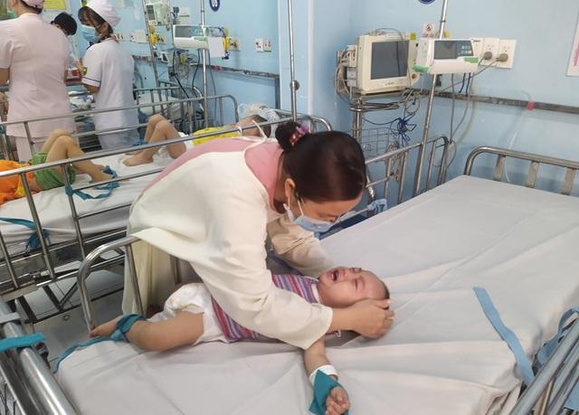 Bước vào cuộc chiến tay chân miệng, nhiều trẻ biến chứng thần kinh-3