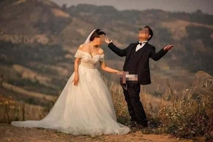 Ảnh cưới chú rể tụt quần cho cô dâu túm vào chỗ hiểm-1