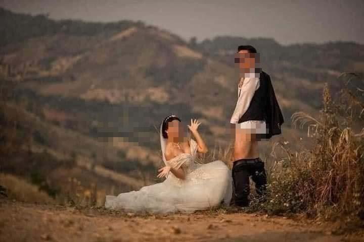 Ảnh cưới chú rể tụt quần cho cô dâu túm vào chỗ hiểm-3