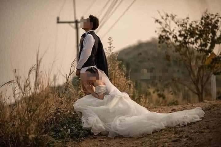 Ảnh cưới chú rể tụt quần cho cô dâu túm vào chỗ hiểm-5