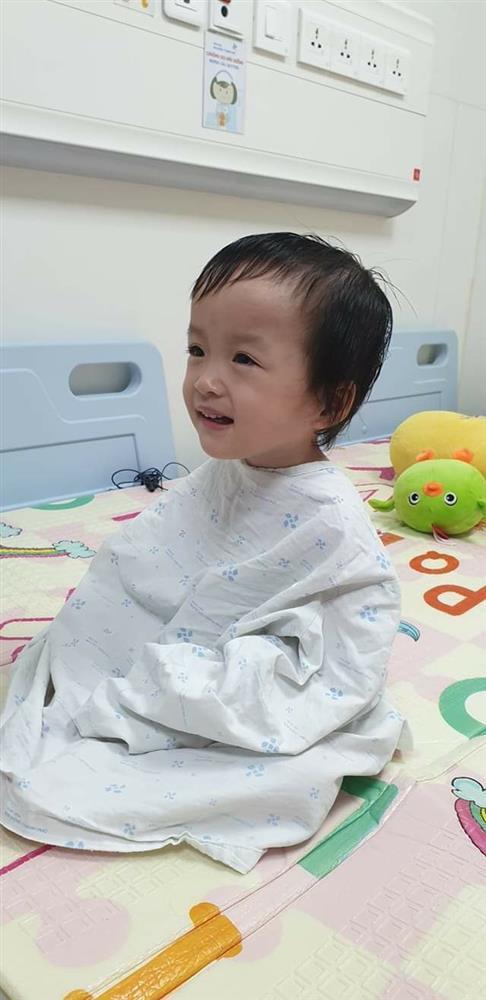 Song Nhi trở lại bệnh viện tập vật lý trị liệu, bé Diệu Nhi đóng hậu môn tạm thành công-1