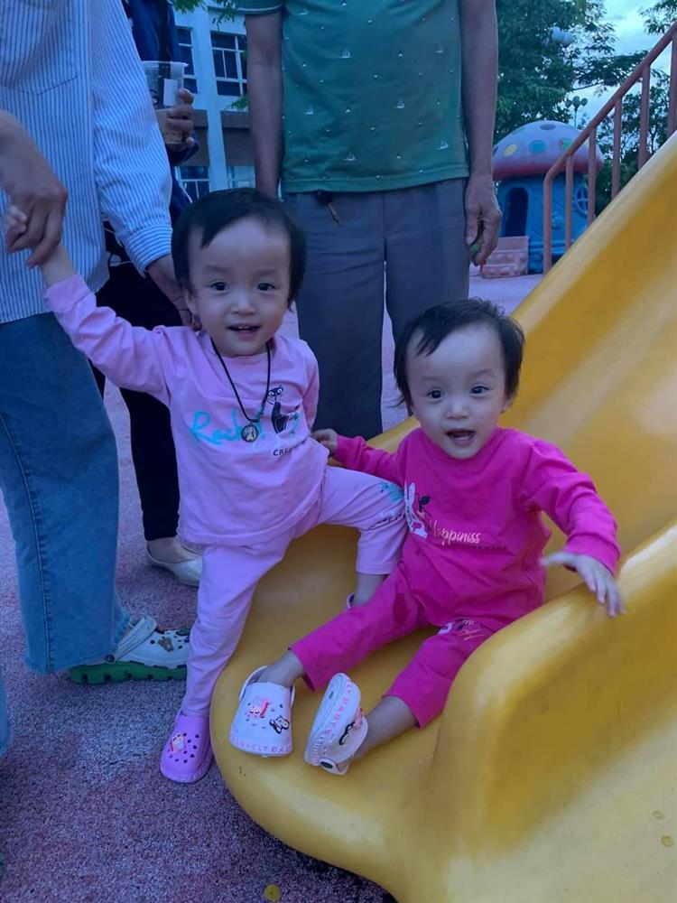 Song Nhi trở lại bệnh viện tập vật lý trị liệu, bé Diệu Nhi đóng hậu môn tạm thành công-2
