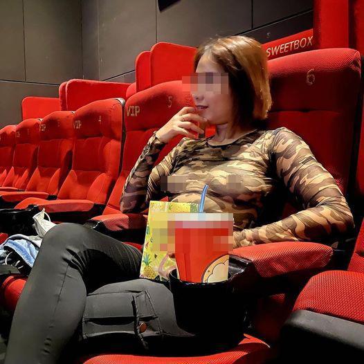 Người phụ nữ mặc áo ren không bra ở rạp phim: Vẫn là cái tên cũ rích-1