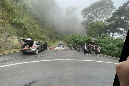 Nhóm du khách 'sợ gì chết', cắm trại ngay khúc cua dành cho xe mất lái